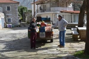 Dimitris køber grøntsager. Det er mit hus bagved til venstre.