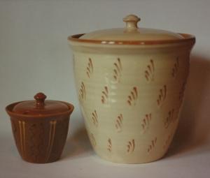 Lågkrukker,1988, lertøj med begitning. Den største har diameter ca 23 cm og højde ca 22 cm.