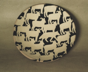 Ulv blandt får, fad, 1994, stentøj, diameter 24 cm.