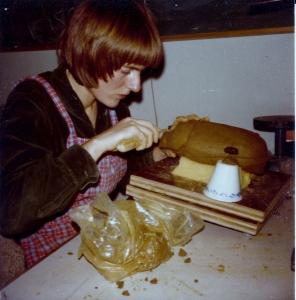 Idun modellerer en bille. 1977