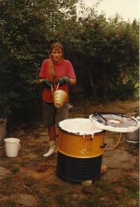 Her tager jeg en rødglødende skål ud af rakuovnen. 1996.