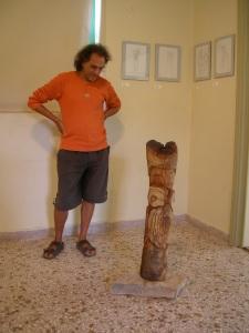 "Dimitris Raftelis med skulpturen ""Caught in balance"" , Kardamyli 2008."