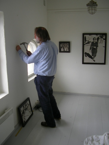 Jan-Kåre Øien monterer mine keramiske billeder.