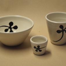 Skål, kopp og eggebeger, steintøy.