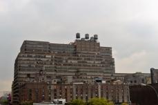 Gamle New York bygninger med vandtanke på taget