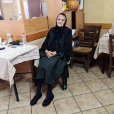 Men i Kastania er der åbent i taverna-kafeen på torvet