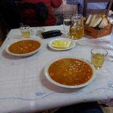 Den bedste fasolada (bønneret) med feta, brød og vin. Hvad mnere kan man ønske på en kold vinterdag?